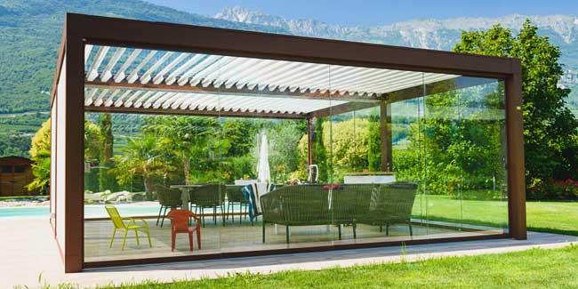 Pergola bioclimatica autoportante in alluminio effetto legno con vetrate IMMAGINE