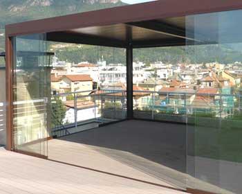 Pergola grandi dimensioni su terrazzo con vetrate scorrevoli